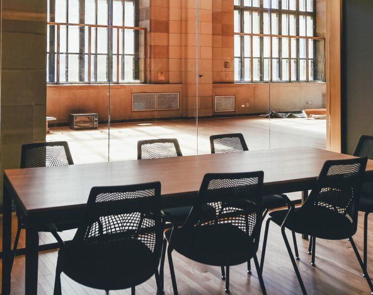 consejos antes de comprar muebles para salas de conferencias